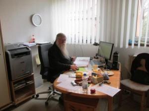 """Jetzt den Aufenthalt für das """"neue"""" Himmighausen buchen. Rainer Burggraf nimmt am Arbeitsplatz die Buchungen entgegen. (Quelle: Lisa Burggraf)"""